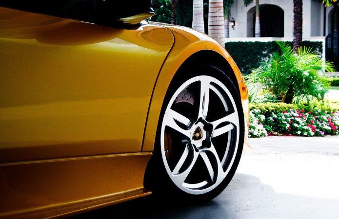 Poprowadź Lamborghini ulicami miasta lub po torze